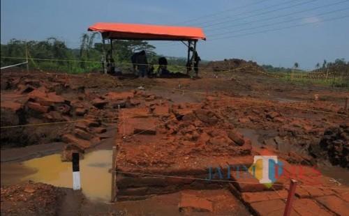 Hampir 1 tahun ditemukan, situs Sekaran akhirnya akan dibangun atap dan dinding penahan oleh PT Jasa Marga dengan nilai Rp 1,5 miliar. (dok MalangTimes)
