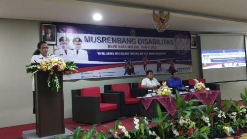 Kepala Bappeda Kota Malang Dwi Rahayu (berdiri) saat menyampaikan sambutan dalam Musrenbang Disabilitas RKPD Kota Malang. (Pipit Amggraeni/MalangTIMES).