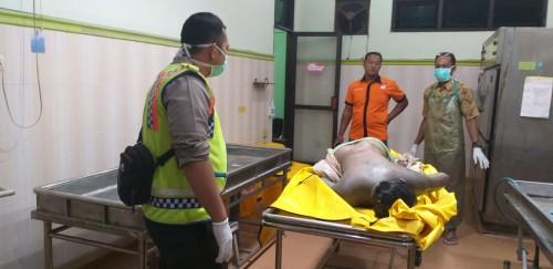 Tim identifikasi Polres Jombang saat melakukan pemeriksaan mayat di kamar jenazah RSUD Jombang. (Foto: Istimewa)