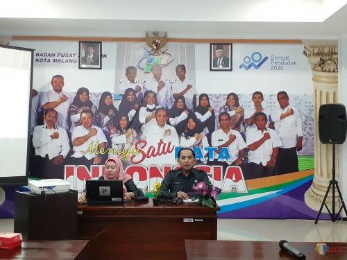 Kepala BPS Kota Malang Sunaryo (kanan) saat memaparkan hasil survei pola konsumsi masyarakat Kota Malang. (Arifina Cahyanti Firdausi/MalangTIMES)