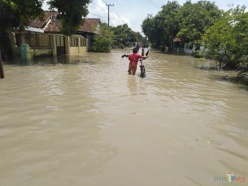 Kondisi banjir di Dusun Beluk, Desa Jombok, Kecamatan Kesamben, Jombang. (Foto : Adi Rosul / JombangTIMES)