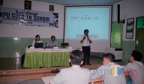 Ajak Pemilih Pemula Sukseskan Pilwali, KPU Gelar Sosialisasi di SMAN 2 Kota Blitar