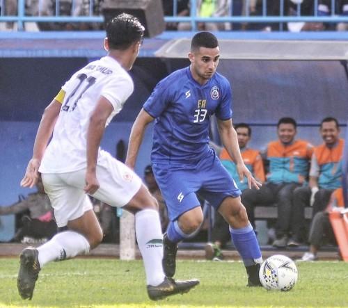 Elias Alderete yang akan melewati pemain lawan (official Arema FC)