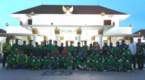 Atlet Pagar Nusa Jatim ketika dijamu Gubernur Khofifah