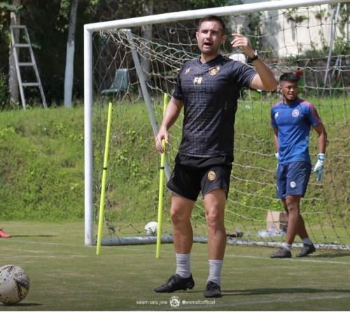 Felipe Americo saat memberikan instruksi kepada kipernya pada TC di Kota Batu (official Arema FC)