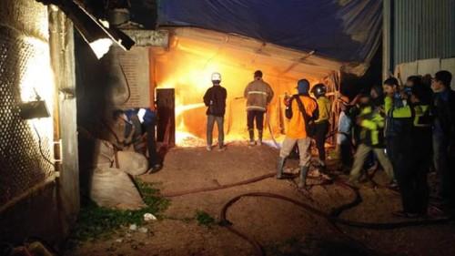 Petugas pemadam kebakaran saat berupaya memadamkan api di pabrik kayu milik CV Mitra Warna Prima. (Foto : Istimewa)