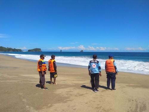 Petugas saat berkoordinasi untuk melakukan pencarian keberadaan dua orang pengunjung yang hilang karena terseret ombak Pantai Balaikambang (Foto: istimewa)
