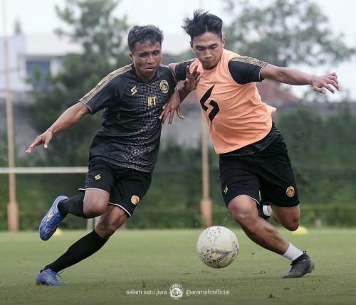 Bagas Adi Nugroho (kanan) saat berjibaku dengan Ridwan Tawainella pada latihan Arema FC (official Arema FC)