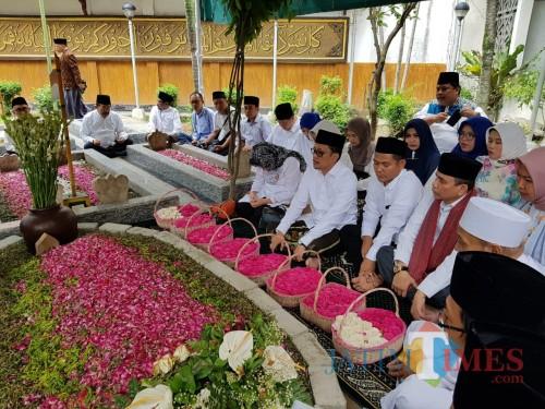 Jajaran DPP Partai NasDem berdoa di makam Gus Sholah (Foto: Adi Rosul/ JombangTIMES)