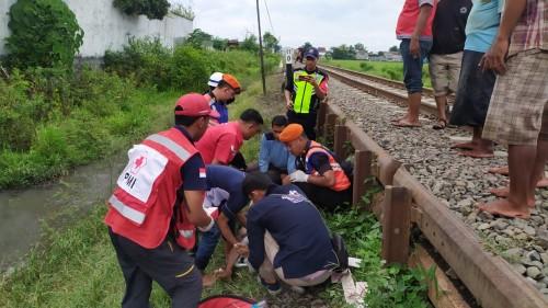 Petugas saat memberikan pertolongan pertama sebelum akhirnya membawa korban ke IGD RSSA Malang guna mendapatkan penanganan medis setelah diterjang kereta api (Foto: Istimewa)