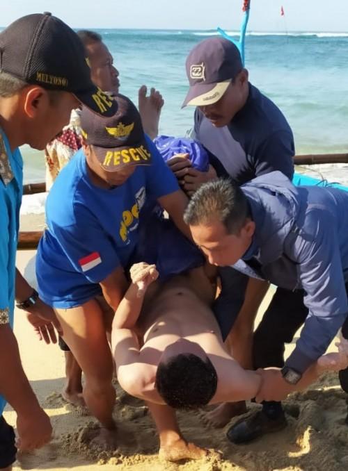 Kondisi korban yang kritis saat mendapatkan penanganan pertama sebelum akhirnya dilarikan ke rumah sakit setelah digulung ombak pantai Bakekambang (Foto : Istimewa)