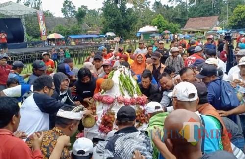 Festival Durian yang digelar di Desa Sumberasri dibanjiri pengunjung.(Foto : Team BlitarTIMES)