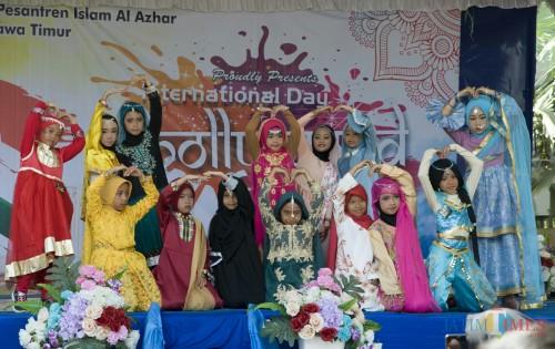 Para siswi SD Islam Al Azhar 56 Malang usai joget diiringi lagu India. (Foto: Muhammad Ainurrahman/MalangTIMES)