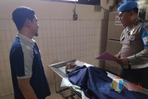Petugas kepolisian saat melakukan penyidikan di kamar mayat RSSA Malang sesaat setelah korban dinyatakan meninggal usai diterjang kereta api (Foto : Polsek Pakisaji for MalangTIMES)