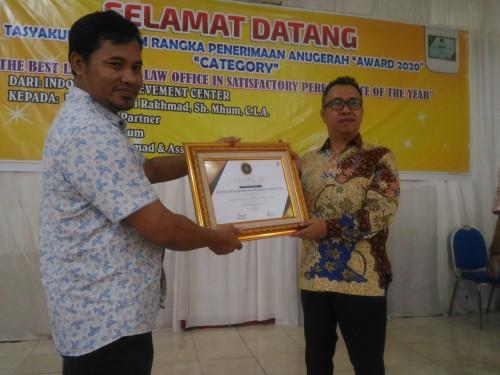 Penghargaan diterimakan kembali oleh Ketua PERADI Lumajang kepada Basuki Rakhmad SH, M.Hum hari ini (Foto : Moch. R. Abdul Fatah / Jatim TIMES)