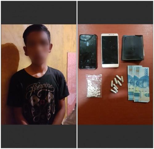 Tersangka pelaku Reza Bachmid (20) dan Barang Bukti yang telah diamankan oleh Unit Reskrim Polsek Poncokusumo. (Foto : Istimewa)