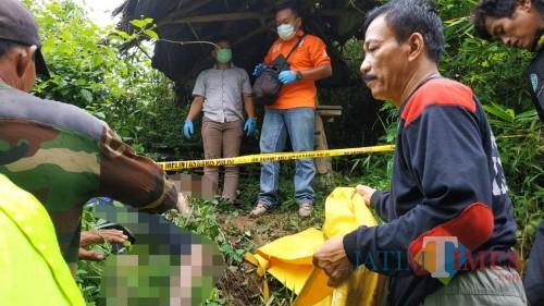 Polisi mengevakuasi mayat laki-laki yang ditemukan di Puncak Rekmo. (Foto: Dokumen BlitarTIMES)