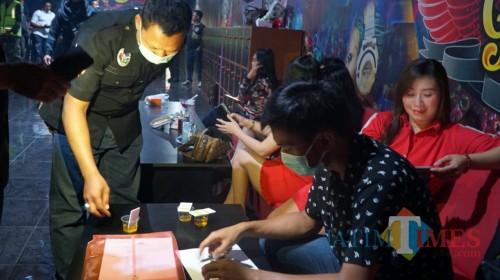 Petugas gabungan saat melakukan razia di salah satu tempat hiburan malam. (Foto: Dokumen BlitarTIMES)