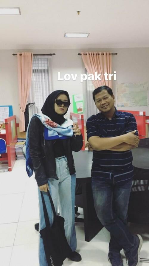 Mahasiswi salah satu perguruan tinggi di Kota Malang yang berdandan ala Rhoma Irama saat melakukan bimbingan atau konsultasi skripsi. (Foto: @annajmaxoo)