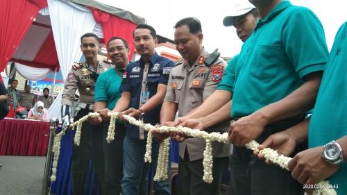 Kapolres (tengah, berseragam) bersama petugas dari Imigrasi (baju biru) saat meresmikan Astuti Mobile. (foto : Joko Pramono/Jatim Times)