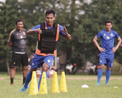 Hendro Siswanto dkk saat ditempa latihan fisik (official Arema FC)