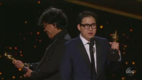 Borong Oscar, Sutradara Parasite Bong Joon Ho Kedapatan Cengar-cengir Menatap Piala