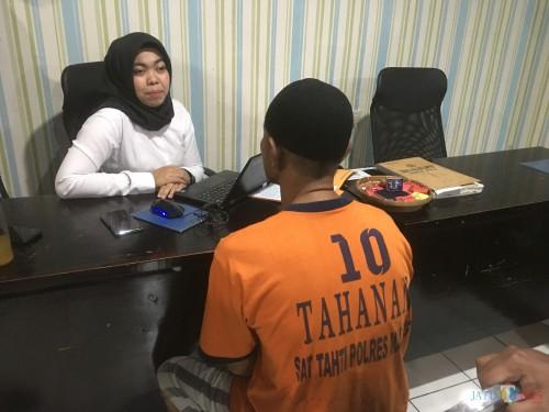 Tersangka Atmari (baju tahanan warna oranye) saat dimintai keterangan dihadapan penyidik Unit PPA Satreskrim Polres Malang (Foto : Ashaq Lupito / MalangTIMES)