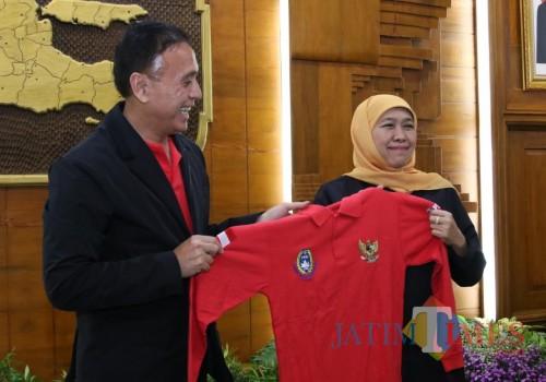 Gubernur Jatim Khofifah bersama Ketum PSSI M. Iriawan. (Foto: Dokumen JatimTIMES)