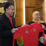 Jelang Kick Off Piala Gubernur, Khofifah Minta Suporter Samakan Persepsi dan Jaga Sportivitas