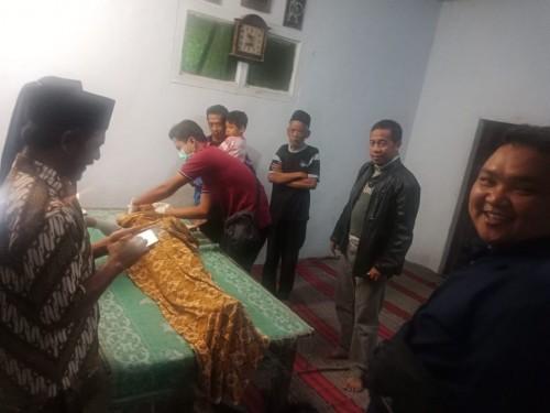 Tim Inavis Polres Blitar memeriksa jasad korban Parti