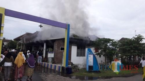 Kondisi rumah korban sebelum petugas PMK Kabupaten Malang berhasil memadamkan kebakaran. (Foto: PPBK Kabupaten Malang for MalangTIMES)