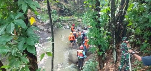 Petugas gabungan saat melakukan penyisiran di beberapa titik untuk mencari keberadaan balita yang dikabarkan hanyut terbawa arus sungai