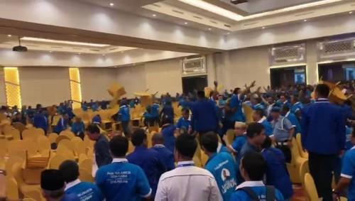 Aksi saling lempar bangku saat kongres PAN berlangsung di Kendari. (Screenshot Video)