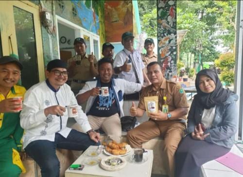 Kepala UPT PPU Takroni Akbar (dua dari kanan) saat mempromosikan kopi tulang kepada crew film Yowes Ben. (ist)