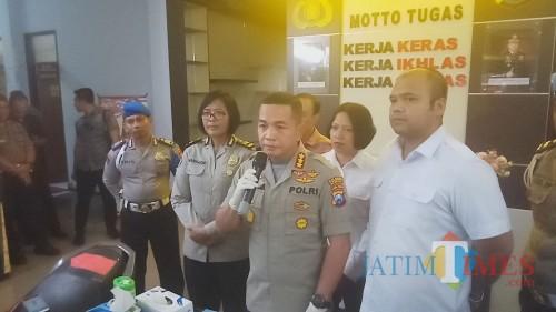 Kapolresta Malang Kota, Kombes Pol Leonardus Simarmata saat memberikan keterangan mengenai kasus perundungan siswa SMPN 16 Kota Malang (Anggara Sudiongko/MalangTIMES)