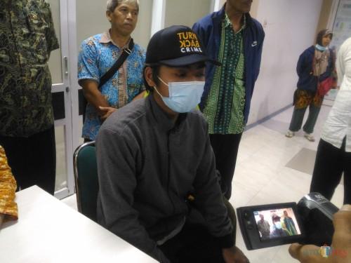Arif Hidayat begitu sampai di RS. dr. Haryoto Lumajang (Foto : Moch. R. Abdul Fatah / Jatim TIMES)