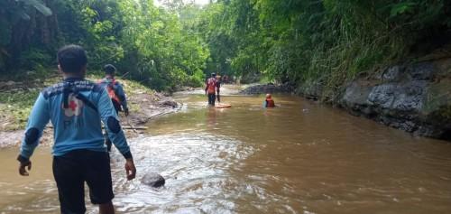 Petugas saat melakukan penyisiran guna mencari keberadaan balita yang dikabarkan hanyut terbawa arus sungai.