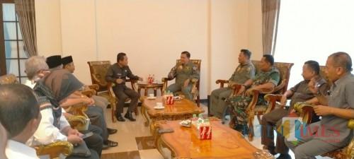Bupati Lumajang H. Thoriqul Haq M.ML ketika bertemu dengan Dan Arhanud Malang (Foto : Moch. R. Abdul Fatah / Jatim TIMES)