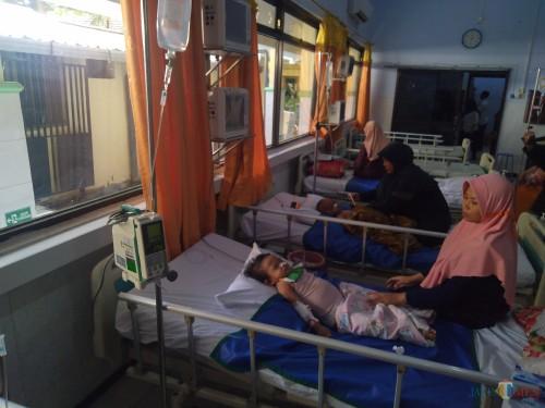 Sejumlah pasien DBD masih terlihat dirawat di Ruang Seruni RSUD Jombang. (Foto: Adi Rosul/JombangTIMES)