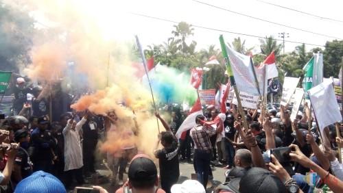 Ratusan buruh yang tergabung dalam Sarbumusi saat aksi di depan Pendopo Pemkab Jember (foto: Moh. Ali Makrus/ JatimTIMES)