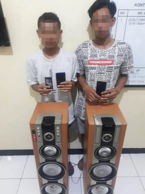 Tersangka pencurian Joko Suprayitno (20) dan Rudi Prasetyo (19) yang diamankan beserta barang bukti curian oleh jajaran Polsek Bululawang (Foto: Istimewa)