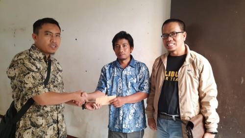 Penyerahan bantuan dari Fraksi PKS DPRD Kota Malang untuk korban banjir di Perumahan Piranha Village Kelurahan Tunjungsekar. (Fraksi PKS for MalangTIMES).