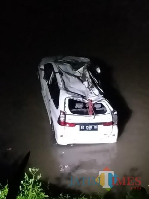 Kondisi mobil minibus warna putih yang terjun ke sungai dan menewaskan satu orang penumpang. (Foto: Dokumen BlitarTIMES)