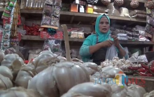 Pedagang bawang putih di Pasar Besar Kota Malang (Arifina Cahyanti Firdausi/MalangTIMES)