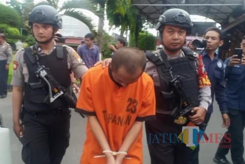 Tersangka Wakid Suyudi diringkus Satreskrim Polres Blitar Kota.(Foto : Team BlitarTIMES)
