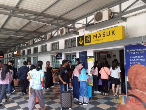 Para penumpang kereta api saat antri memasuki Stasiun Malang (Arifina Cahyanti Firdausi/MalangTIMES)