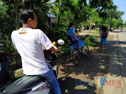 Beberapa orang tua yang menjemput anaknya di saat jam pelajaran masih berlangsung. / Foto : Anang Basso / Tulungagung TIMES