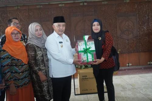 Bupati Malang HM Sanusi (kemeja putih) saat menyerahkan bantuan masker untuk para pekerja migran di luar negeri (Foto : Istimewa)