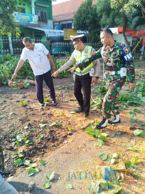 Petugas saat melakukan olah TKP di lokasi kejadian (Foto : Laka Lantas Polres Malang for MalangTIMES)