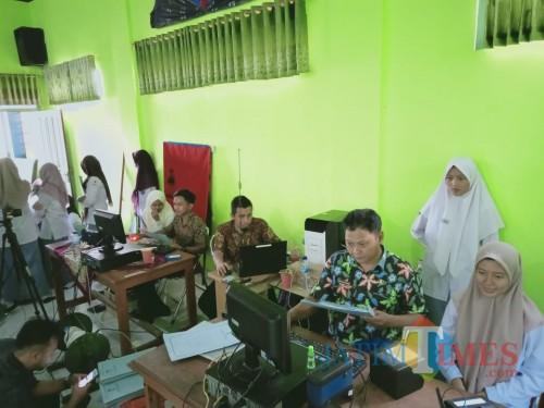 Para siswa MAN 1 Blitar antusias ikuti perekaman E-KTP Goes To School (Foto: Aunur Rofiq/ BlitarTIMES)